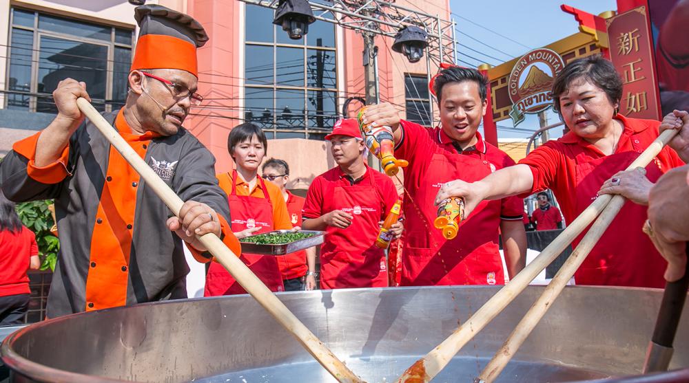 งานตรุษจีนเยาวราชฉลองนักษัตรปีจอ พร้อมทานอาหารอร่อยๆ จากบูธภูเขาทอง