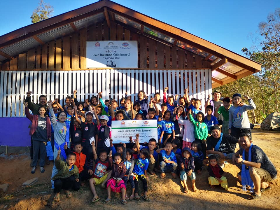 """ภูเขาทอง สร้างห้องครัวและปูกระเบื้องห้องเรียนใหม่ พร้อมมอบอุปกรณ์เครื่องเขียนและเครื่องครัวให้กับศูนย์การเรียนรู้ชุมชนชาวไทยภูเขา""""แม่ฟ้าหลวง"""""""